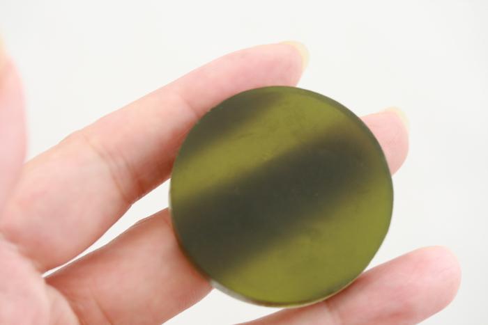 あきゅらいず お試し詰合せ 泡石 透かして見ると「透明石けん」です。