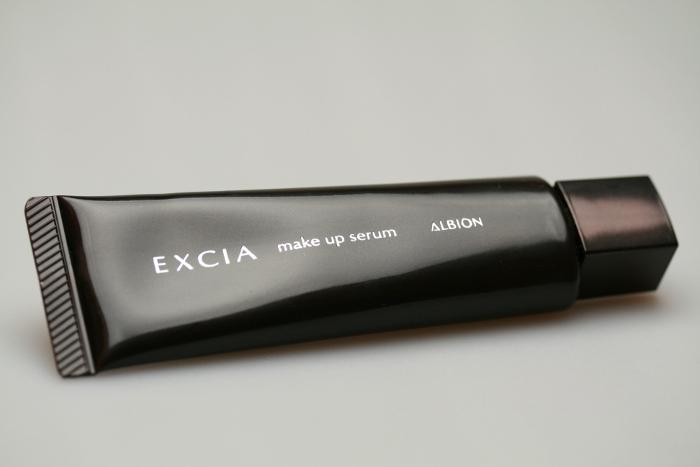 エクシアAL メイクアップセラム 美容液のような保湿感。 上質さとなめらかさを与え、明るく肌色をコントロールします。